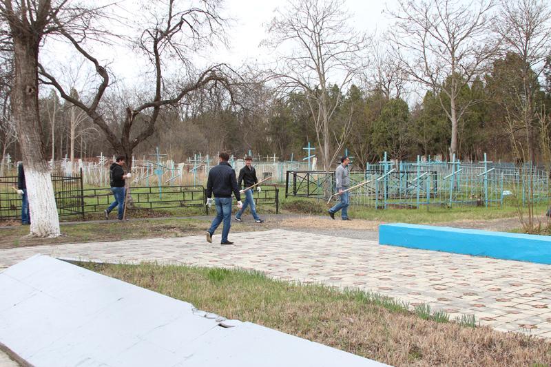 Сотрудники Минтранса на субботнике по благоустройству православного кладбища